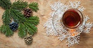 Стеклянная чашка чаю на старой деревенской таблице с ветвью сосны Новый Yea стоковое фото rf