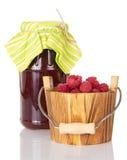 Стеклянное варенье поленики опарника и деревянное ведро при изолированные ягоды, Стоковое Фото