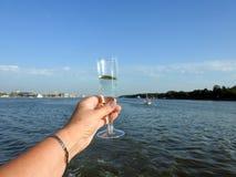 Стеклянное вино в руке женщины Стоковое Фото
