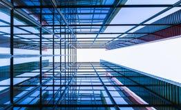 Стеклянное здание от perspectival взгляда стоковое изображение