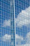 Стеклянное здание с отражениями облака стоковые фото