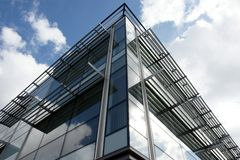 Стеклянное и стальное большое административное здание Стоковая Фотография