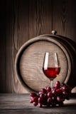Стеклянное красное вино с виноградинами Стоковое Изображение RF
