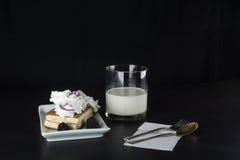 Стеклянное молоко, и торт с ежевиками Стоковая Фотография RF