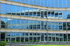 Стеклянное отражение офисного здания Windows Стоковые Изображения