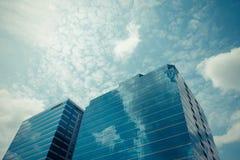 Стеклянное офисное здание с голубым небом Стоковые Изображения