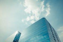 Стеклянное офисное здание с голубым небом Стоковое Изображение