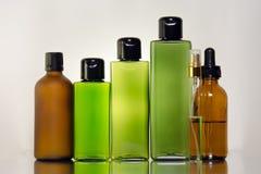 Стеклянные бутылки для косметических продуктов с белой предпосылкой Стоковые Фото