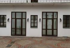 Стеклянные двери и окна фасада здания стоковая фотография rf