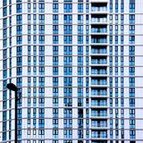 Стеклянные и стальные структуры здания стоковые фото