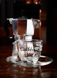 Стеклянные кофейная чашка и кофейник года сбора винограда на темном деревянном столе Стоковое Изображение RF