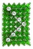 Стеклянные пивные бутылки и предпосылка cans.abstract Стоковые Изображения RF