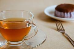 Стеклянные чашка чаю и шоколадный торт Стоковая Фотография