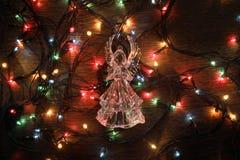 Стеклянный ангел с гирляндой на красной предпосылке Стоковое Фото
