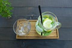 Стеклянный графинчик и черные выпивая солома и стекло гранили st чашки Стоковая Фотография