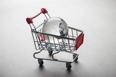 Стеклянный глобус в концепции вагонетки покупок Стоковые Фото