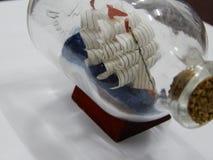 Стеклянный деталь украшения помещенный на стойке иллюстрация вектора