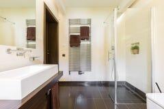 Стеклянный ливень в элегантной ванной комнате стоковое фото rf
