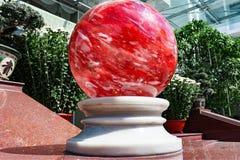 Стеклянный красный шарик на постаменте Стоковое фото RF