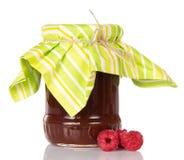 Стеклянный опарник варенья поленики и немногие изолированные ягоды Стоковое Изображение