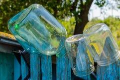 Стеклянный опарник на загородке Стоковое Изображение