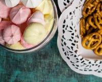 Стеклянный опарник с домодельными сладостными marhmellows, печеньями в скатерти Стоковые Фотографии RF