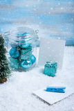 Стеклянный опарник с украшениями, подарком и бумагой рождества для текста стоковое фото