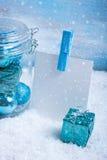 Стеклянный опарник с украшениями, подарком и бумагой рождества для текста стоковая фотография