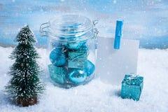 Стеклянный опарник с украшениями рождества, елью, подарком и бумагой f Стоковое фото RF