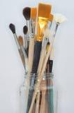 Стеклянный опарник с художническими щетками на белой предпосылке стоковые изображения rf