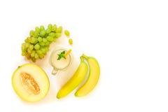 Стеклянный опарник дыни, виноградин, сока банана изолированного на белизне Стоковое фото RF