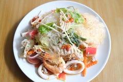 Стеклянный салат лапши с семенить морепродуктами Стоковое фото RF