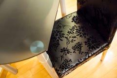 Стеклянный стол и кожаный стул Стоковая Фотография