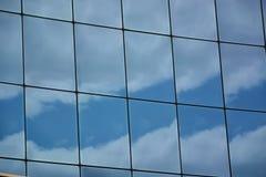 Стеклянный фасад современного офисного здания Стоковые Фотографии RF