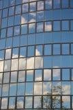 Стеклянный фасад современного офисного здания Стоковые Изображения