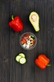 Стеклянный шар при свежий салат стоя в середине изображения Стоковое Изображение RF