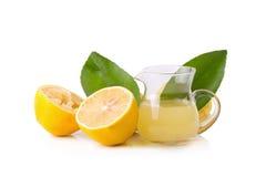 стеклянный шар свеже сжиманных лимонного сока, squeezer лимона и r Стоковые Изображения