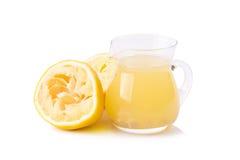 стеклянный шар свеже сжиманных лимонного сока, squeezer лимона и r Стоковая Фотография RF