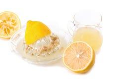 стеклянный шар свеже сжиманных лимонного сока, squeezer лимона и r Стоковое фото RF