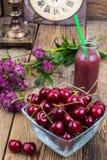 Стеклянный шар с красной зрелой вишней в деревенском стиле Стоковая Фотография RF