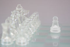 Стеклянный шахмат на серой предпосылке стоковое фото