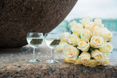 2 стеклянных каннелюры с букетом шампанского и свадьбы белых роз Стоковые Фотографии RF