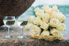2 стеклянных каннелюры с букетом шампанского и свадьбы белых роз Стоковое Изображение