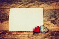 2 стеклянных сердца, бумажная пустая карточка Стоковое Фото
