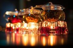 3 стеклянных чайника с подогревателями свечи; Стоковая Фотография