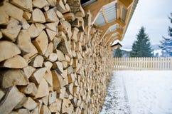Стена аккуратно штабелированной древесины, сжатая в зиме Стоковое Фото