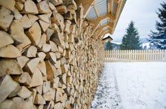 Стена аккуратно штабелированной древесины, сжатая в зиме Стоковое Изображение