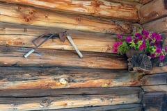 Стена амбара с декоративными элементами как ручная пила, ось и некоторое стоковые изображения