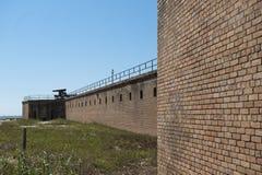 Стена бастиона вдоль снаружи исторического форта Gaines в острове Алабаме дофина Стоковая Фотография
