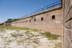 Стена бастиона вдоль снаружи исторического форта Gaines в острове Алабаме дофина Стоковое фото RF
